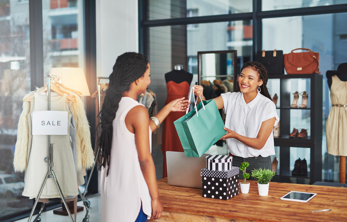 Exemple concret: suite à un achat en magasin - Deux femmes dans une boutique de vêtements.