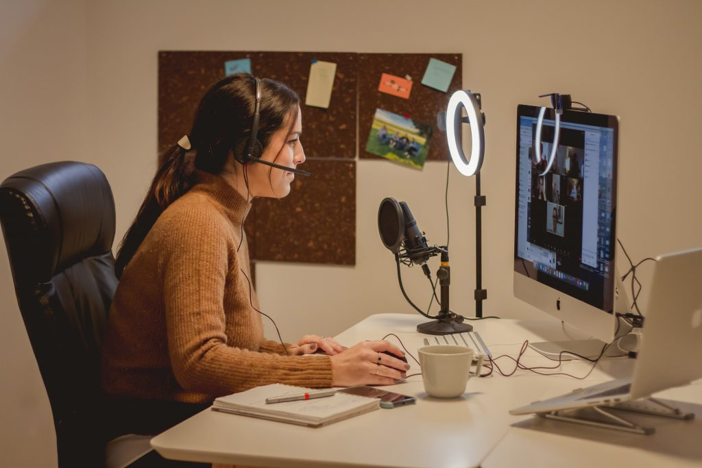 Jeune femme devant sont ordinateur